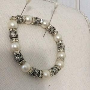 Jewelry - Lovely faux pearl & silvertone stretch bracelet